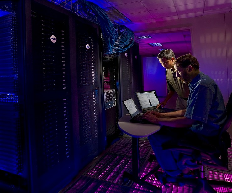 Personal de IT trabajando en un backup para respaldar la información crítica de la empresa en los data centers