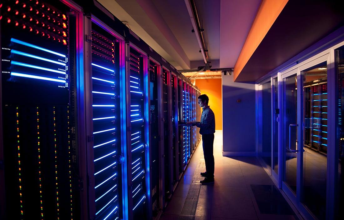 CAPEX vs OPEX: un hombre trabaja sobre los data centers de su compañía, el principal activo de capital de la compañía