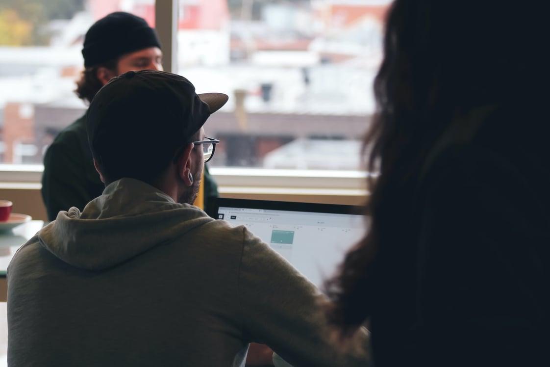 equipo de trabajo utilizando una laptop. Los riesgos de seguridad endpoint son un tema fundamental para las empresas